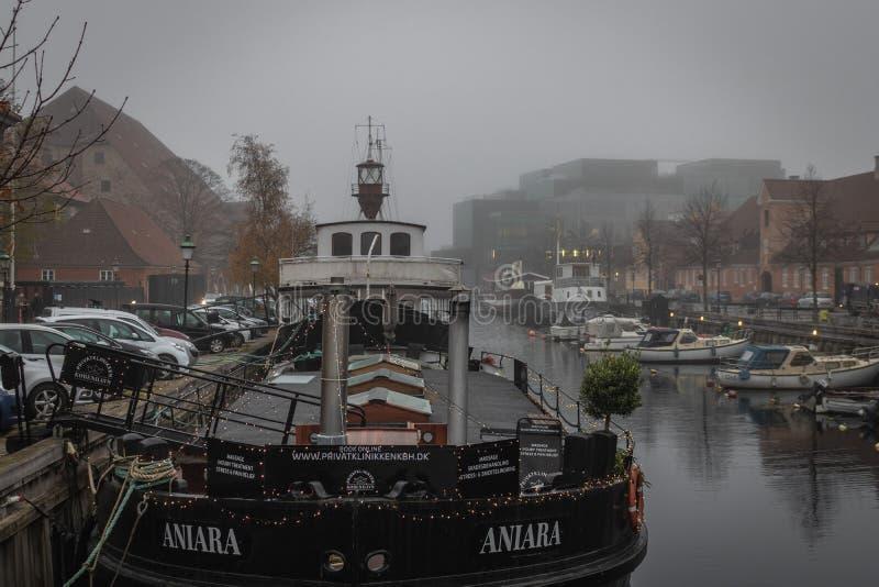 诊所小船靠码头在Frederiksholms kanal在哥本哈根 免版税库存图片