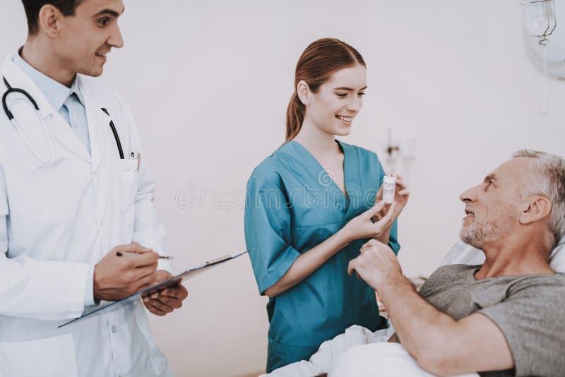 诊所的老人 病的老人在医院 免版税图库摄影