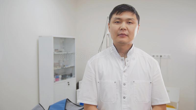 诊所的-手工疗法亚裔人医生 库存照片