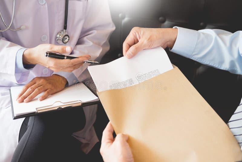 诊断医疗记录的医生通知的患者的从纸的在医院 库存图片