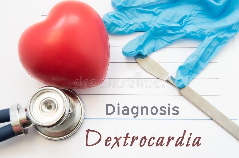 诊断右位心 图心脏、听诊器、外科解剖刀和手套是近的标题右位心 diagnotics的概念 库存照片