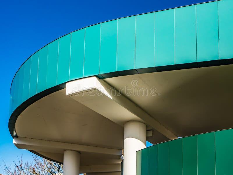 词典CARPARK布拉克内尔,柏克夏,英国- 2018年11月13日:用不同的纹理的现代大厦与明亮的天空蔚蓝 免版税库存照片