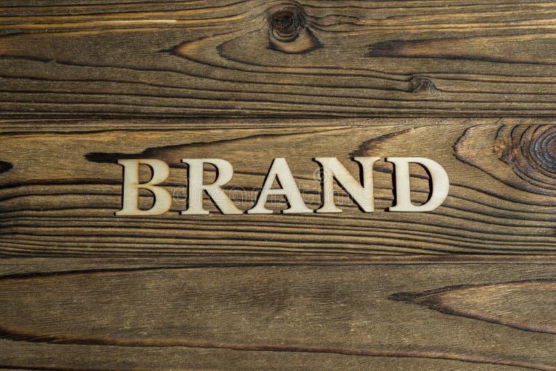 词品牌标示用在木背景的信件 图库摄影