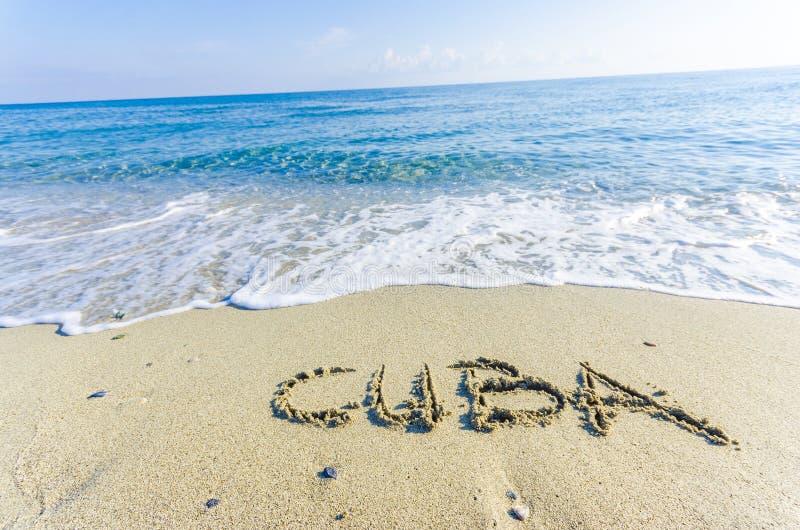 词在湿沙子写的古巴 免版税图库摄影
