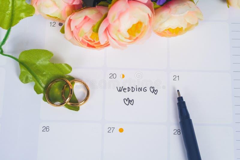 词婚礼对与结婚戒指的提示婚礼那天在日历计划 库存图片