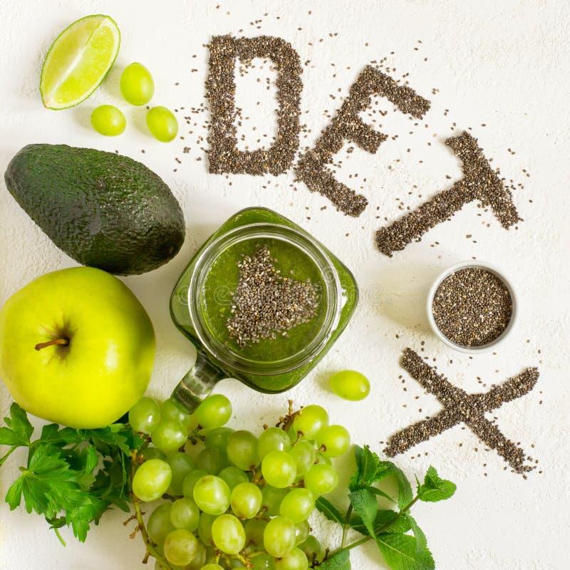 词戒毒所由chia种子被做 绿色圆滑的人和成份 饮食的概念,洗涤身体,健康吃 免版税图库摄影
