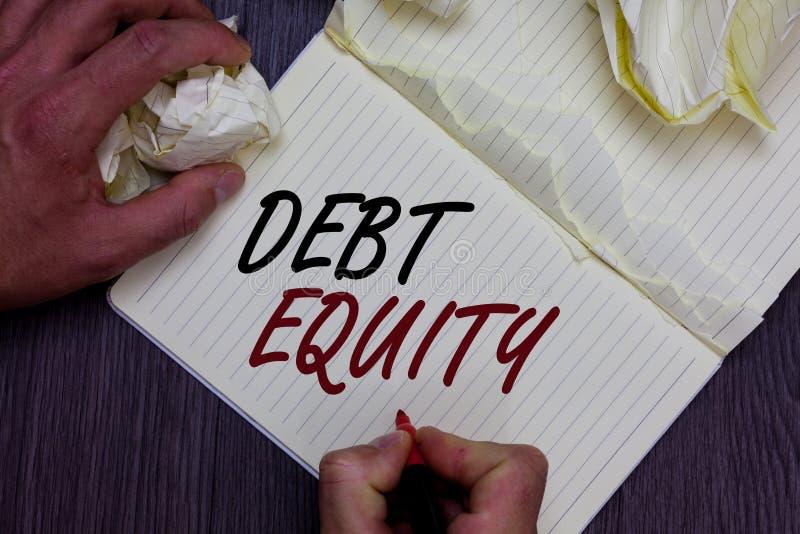 词文字文本债务产权 划分的公司负债总额企业概念由它的股东供以人员拿着标志没有 免版税库存照片
