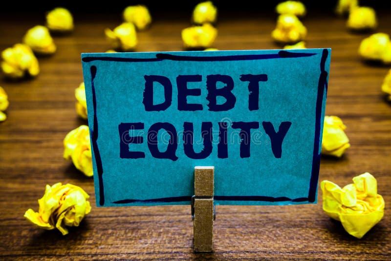 词文字文本债务产权 划分的公司负债总额企业概念由蓝色它的股东的晒衣夹对负 免版税图库摄影