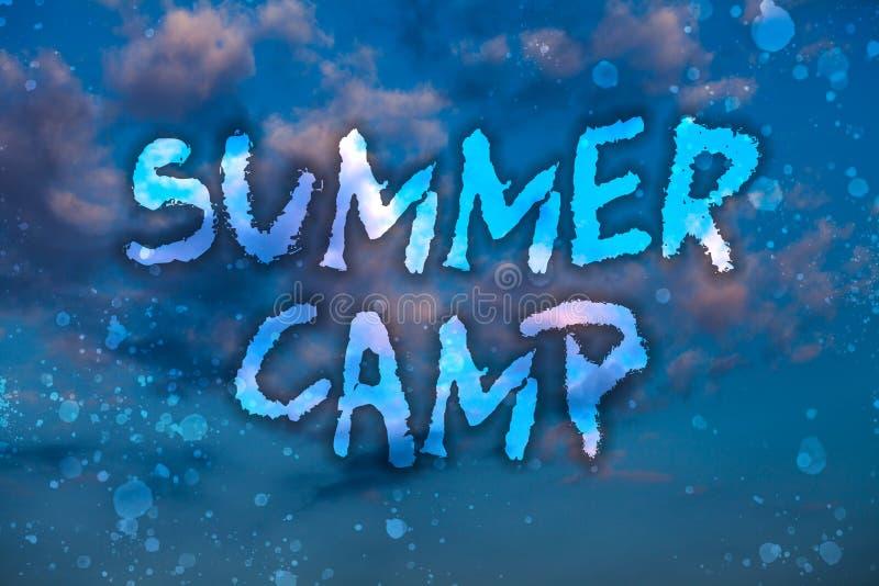 词文字文本夏令营 被监督的节目的企业概念孩子和少年的在夏令时期间 多云明亮蓝色 库存例证