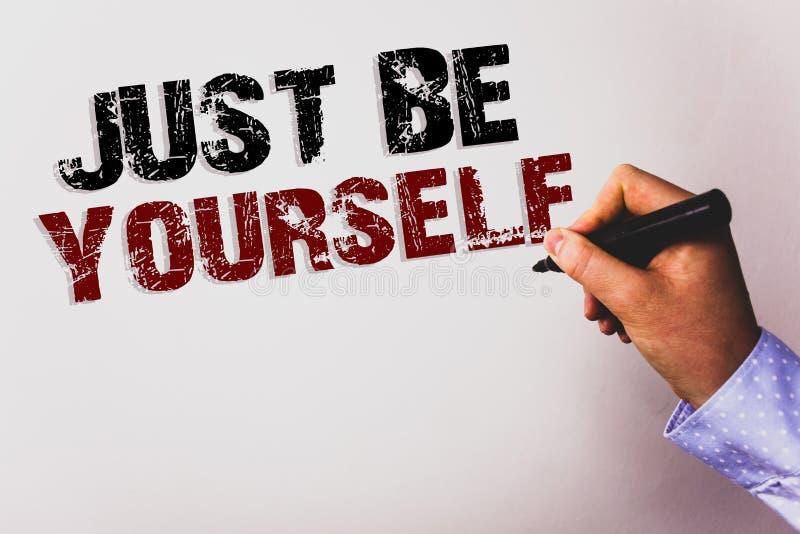 词文字文本是你自己 自已态度信心真实的确信的诚实刺激文本白色bac的企业概念 免版税图库摄影