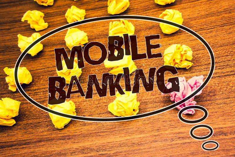 词文字文本流动银行业务 网上现款支付和交易真正银行的企业概念发短信给被粉碎的木书桌 免版税图库摄影
