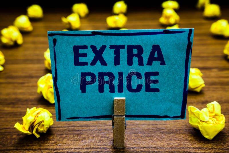 词文字文本附加价格 附加价格定义的企业概念在蓝色普通的大程度的晒衣夹之外对负 库存照片