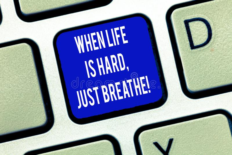 词文字文本,当生活艰苦是呼吸 作为的企业概念克服困难键盘的断裂 库存照片