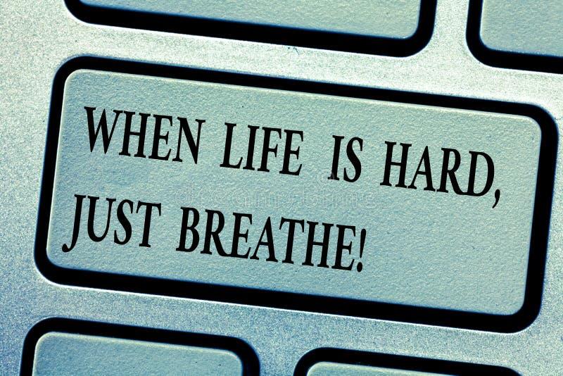 词文字文本,当生活艰苦是呼吸 作为的企业概念克服困难键盘的断裂 图库摄影