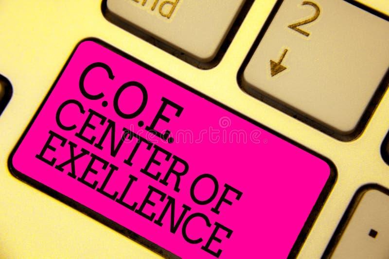 词文字文本C O E成就卓越中心 是的企业概念在您的位置的阿尔法领导达到键盘桃红色钥匙我 皇族释放例证