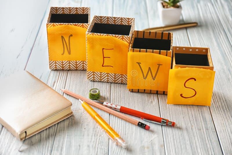 词新闻用稠粘的笔记做了在木桌 库存图片