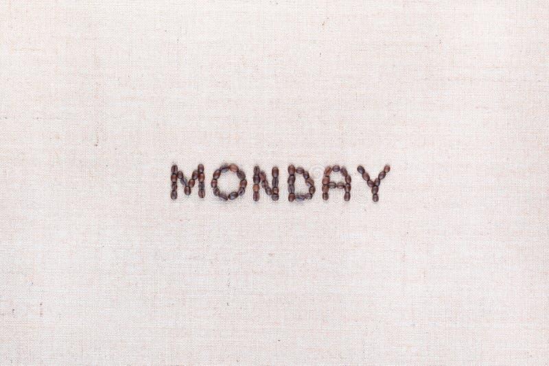 词星期一写与咖啡豆,被排列在中心 免版税库存照片