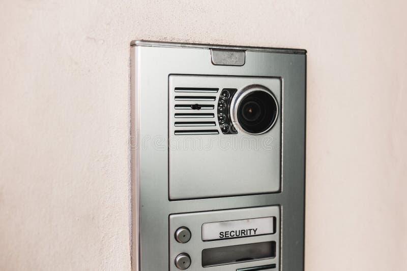 词条安全特写镜头射击了在一个现代新的修造的门的一部对讲机 私有财产,家庭不动产的概念 免版税库存照片