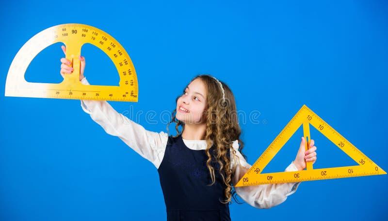 词根学校学科 学会几何的学校学生 有大统治者的学生女孩 回到学校的小女孩 ?? 库存图片
