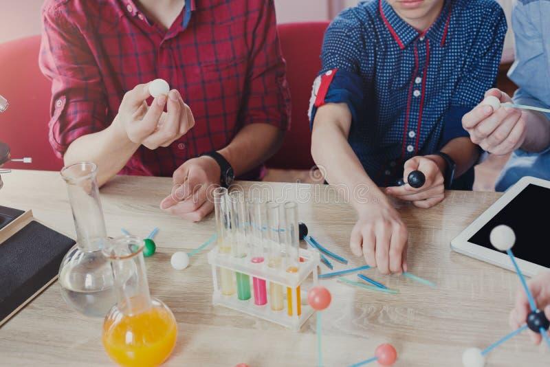 词根教育 物理实验在学校 库存图片