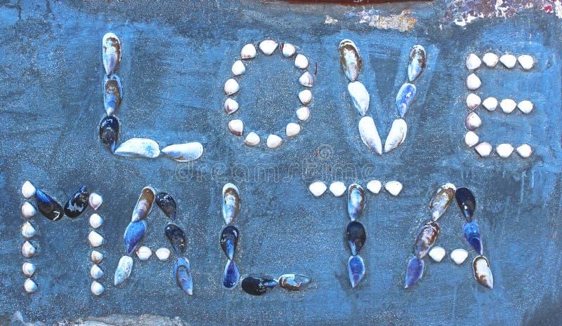 词爱马耳他,由海壳做成,在墙壁 库存图片