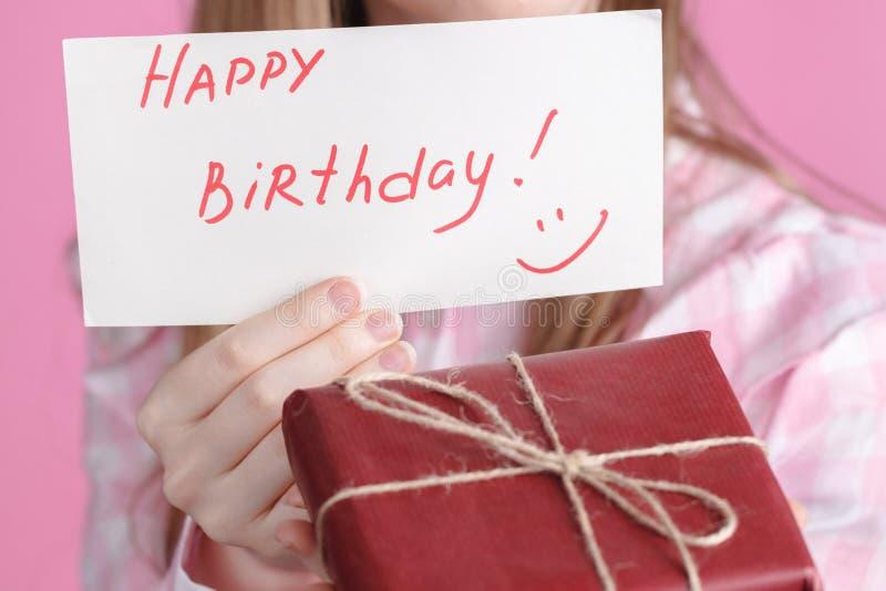 词生日快乐和礼物盒在女性手上 库存照片