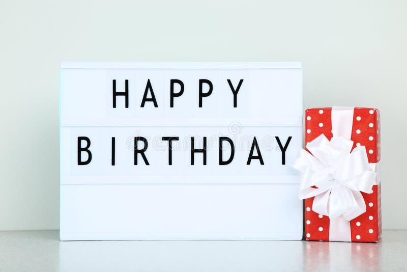 词生日快乐和红色礼物盒 免版税图库摄影