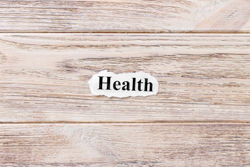 词的健康在纸的 概念 健康的词在木背景的 免版税图库摄影