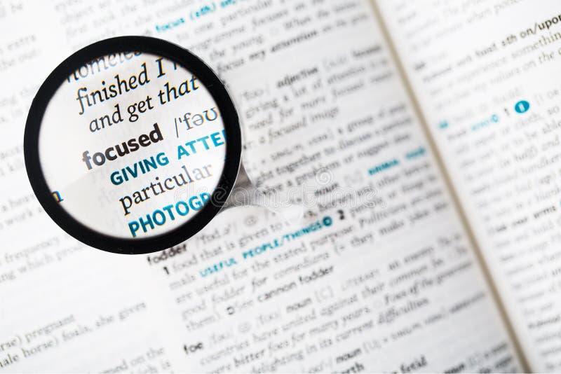 词被聚焦的和放大镜的辞典定义 库存图片