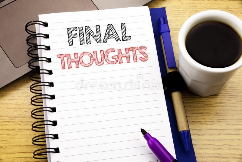 词,写最后的想法 在木背景的笔记本书写的结论概略文本的企业概念在Th 免版税库存图片