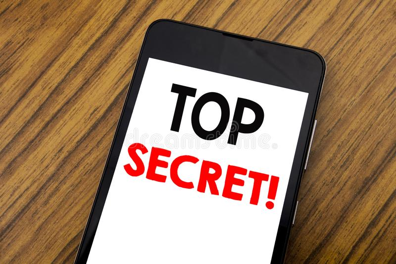 词,写最高机密的手写 在手机手机写的军事最高机密的企业概念,木backgroun 免版税库存图片