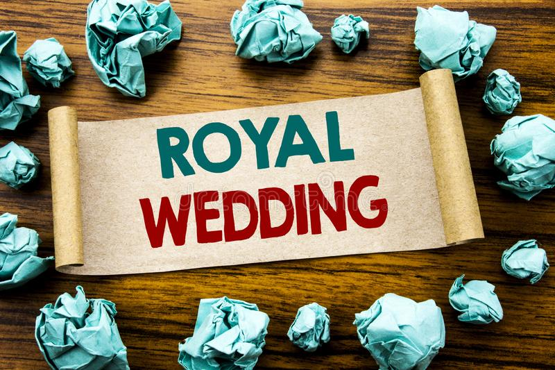词,写皇家婚礼 在稠粘的便条纸写的英国英国婚礼的企业概念,与fol的木背景 免版税库存图片