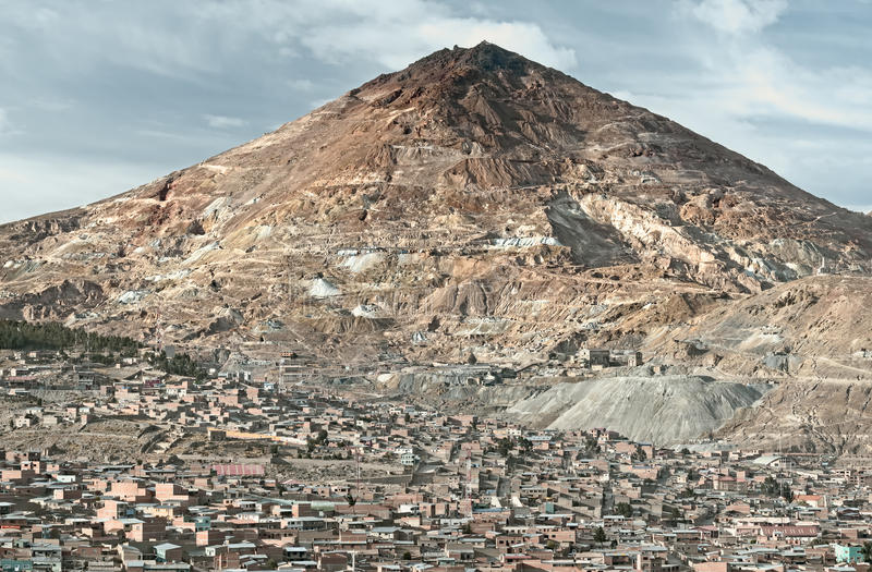 翻译`富有的小山`的El塞罗里科在什么上站立曾经是最大的银色储蓄在世界上 免版税库存照片