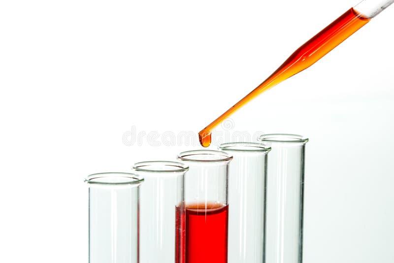 试管和吸移管滴下,实验室玻璃器皿 免版税图库摄影