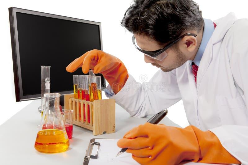 试验化学制品的男性科学家 库存图片