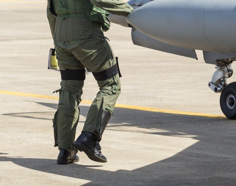 试验和试验衣服,飞行员走了平面检查 库存照片