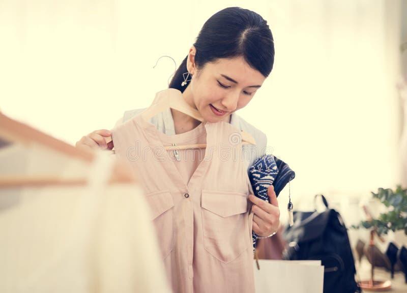 试验礼服的亚裔妇女 库存图片