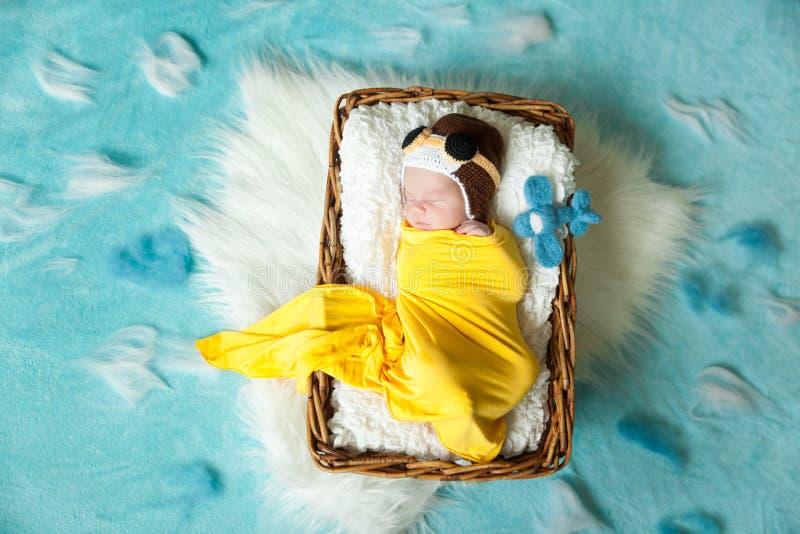 试验` s帽子的逗人喜爱的新出生的婴孩 免版税库存照片