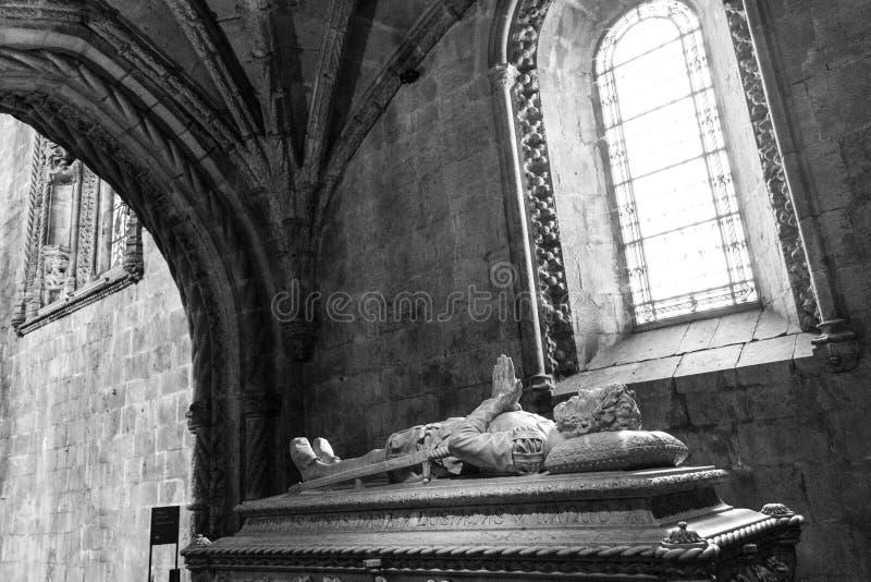 诗人雷斯在Jeronimos修道院& x28里面的de Camoes的坟茔; 库存图片