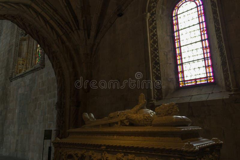 诗人雷斯在Jeronimos修道院& x28里面的de Camoes的坟茔; 图库摄影