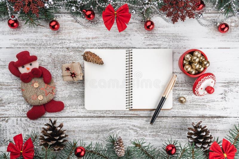 诗歌选、中看不中用的物品、雪花和其他假日项目 分支锥体冷杉 Xmas贺卡 顶视图 您空间的文本 库存图片