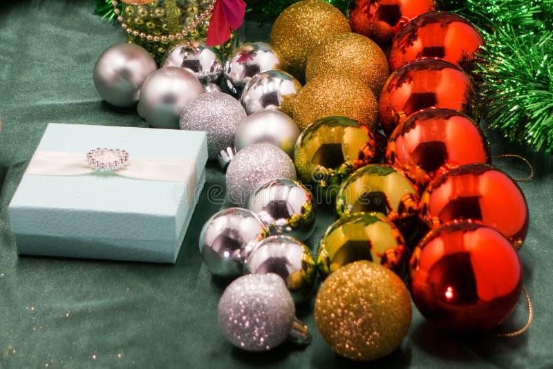 诗歌选和圣诞节球五颜六色的被弄脏的光在一个木地板上的 免版税库存图片