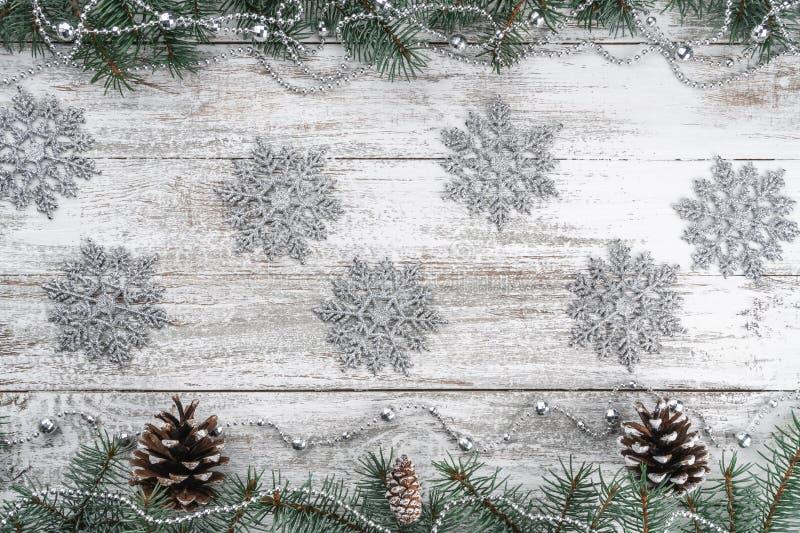 诗歌选和雪花 老木圣诞节背景 分支锥体冷杉 Xmas贺卡 库存图片