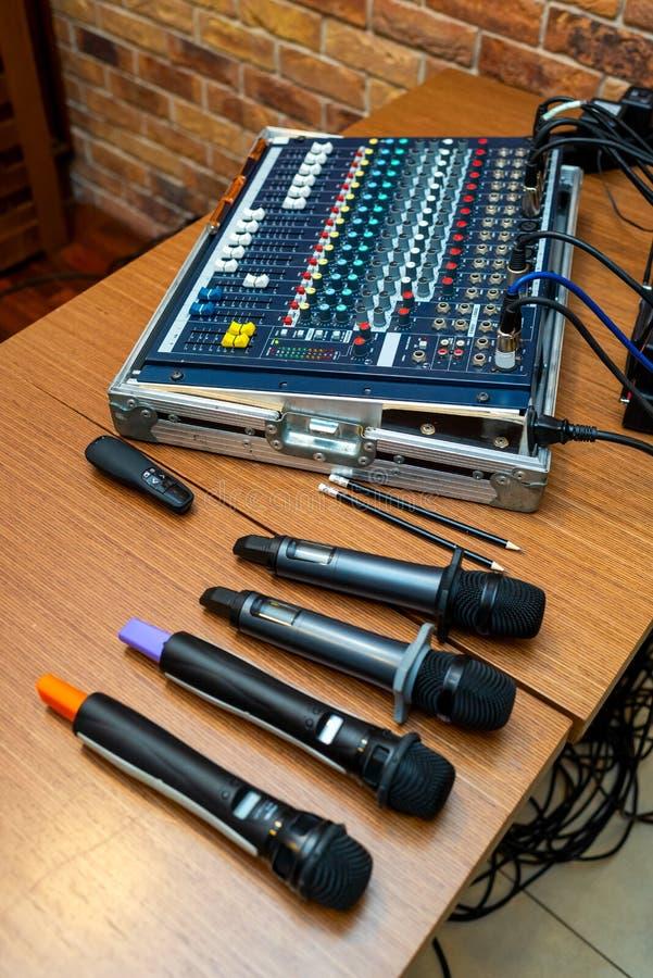 话筒和会议合理的书桌 图库摄影