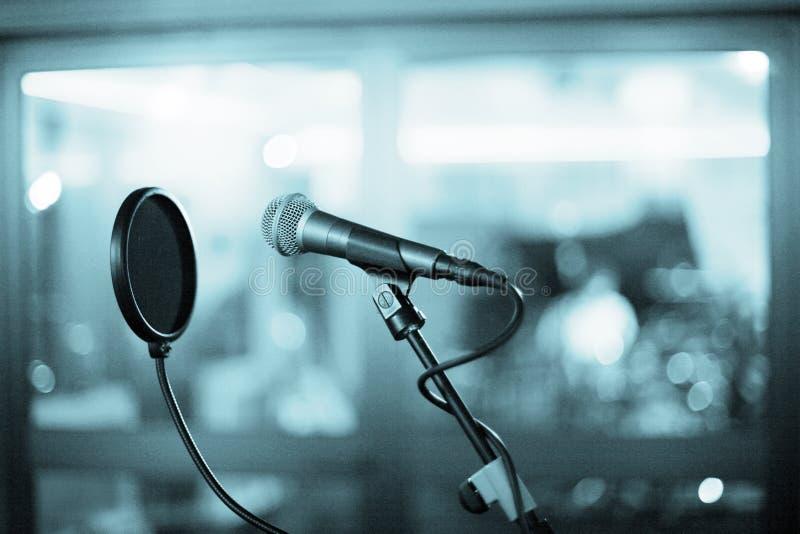 话筒和流行音乐盾在录音室 免版税库存图片