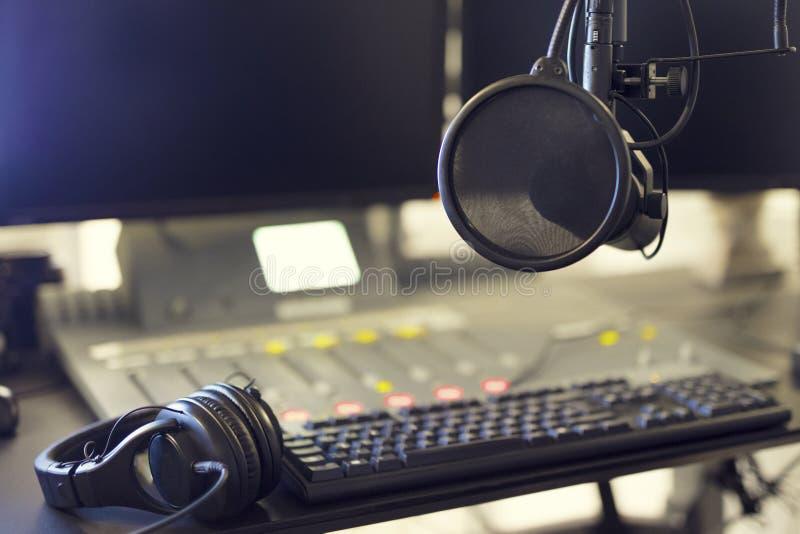 话筒和耳机在电台播音室 库存照片