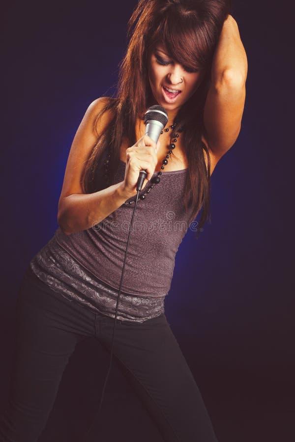 话筒唱歌的妇女 免版税图库摄影