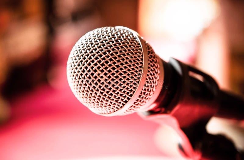 话筒在卡拉OK演唱屋子或会议室里 库存照片