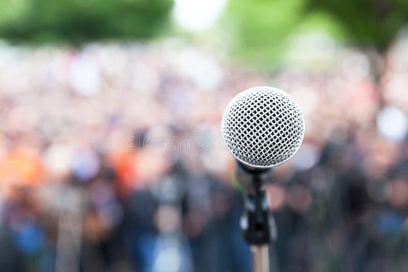 话筒在反对被弄脏的抗议或公开示范的焦点 免版税库存照片