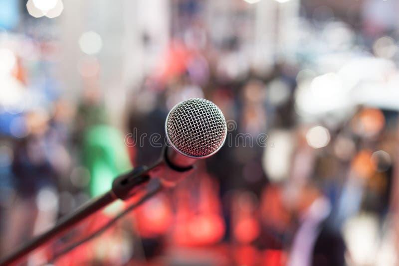 话筒在反对被弄脏的观众的焦点 图库摄影